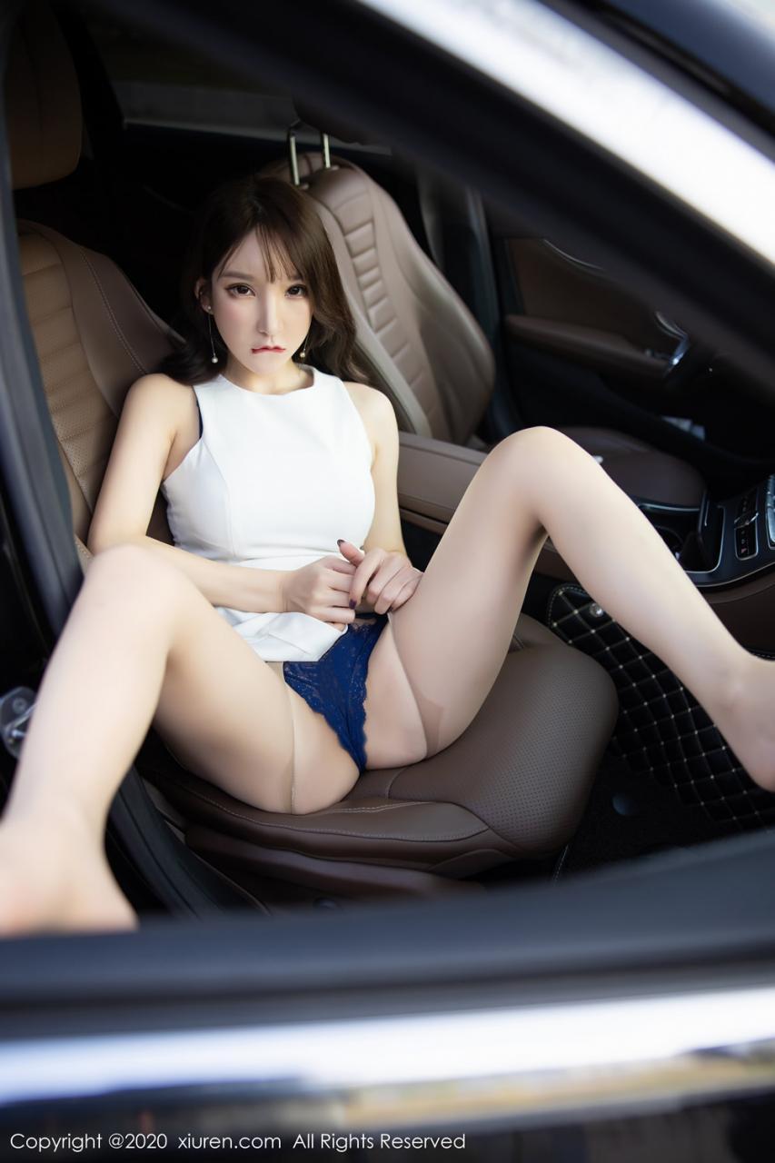 穿着蓝色蕾丝的漂亮车模