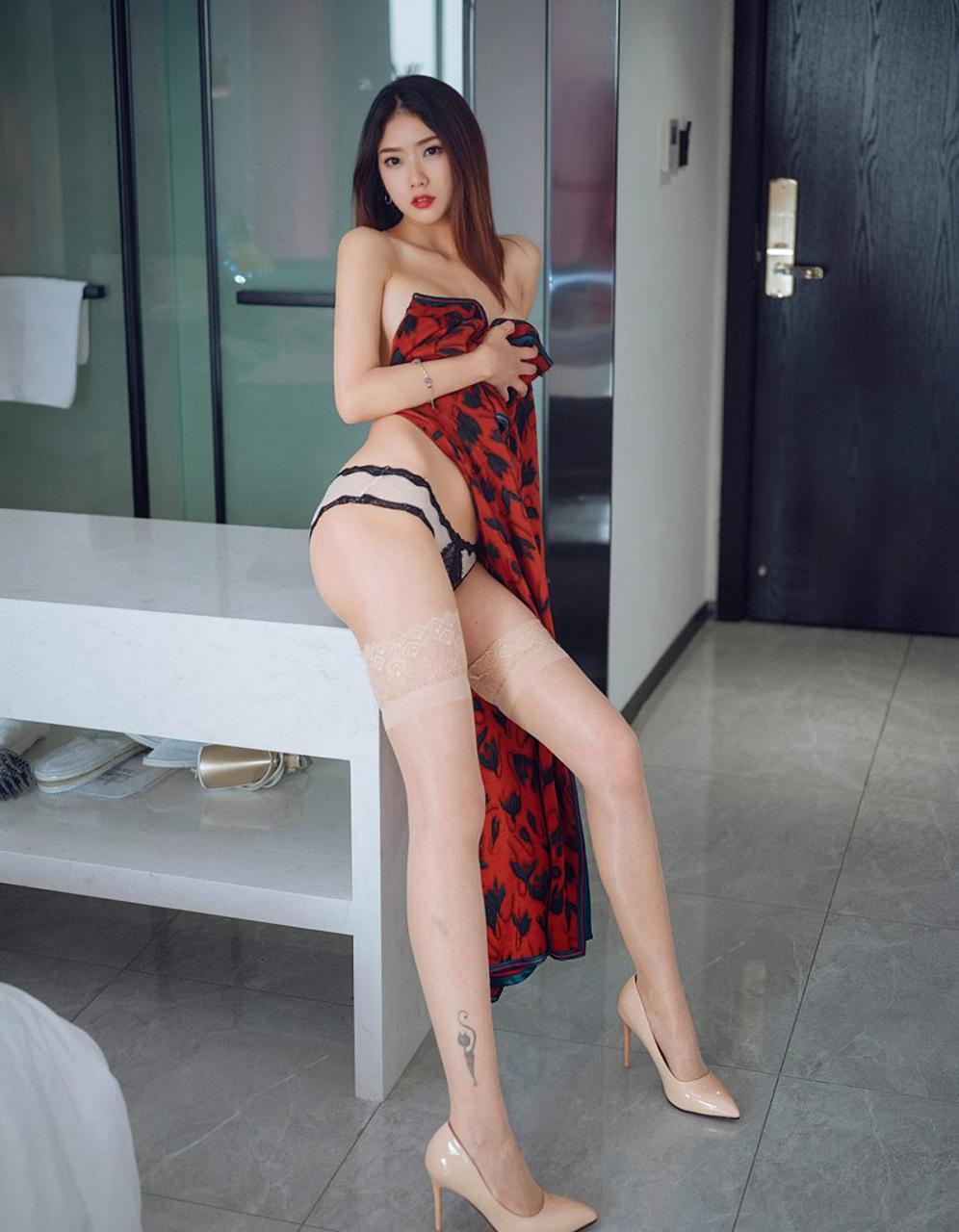 方子萱前凸后翘诱人旗袍性感肉丝袜完美裸胸美臀