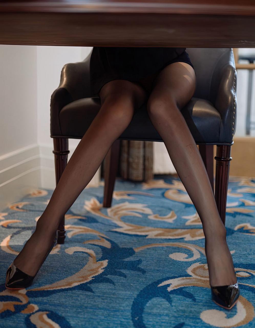 周于希宅男女神风骚秘书制服黑丝袜高跟性感美臀裸胸美女